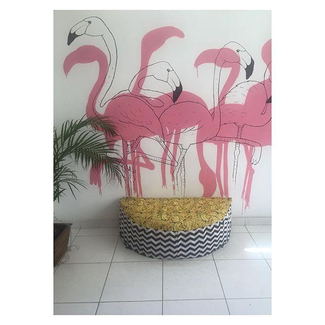 Flamingos recepcionistas da sala de espera da @coletivoca, puro charme refrescante na Rua Babilônia. #fashrev #slowfashion #riodejaneiro #modapracompartilhar #compredopequeno