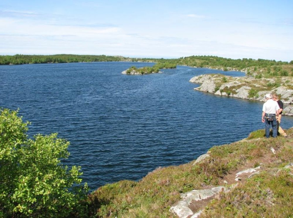 13. Holmvatnet  Vanskelighetsgrad: Enkel Tid: ca. 45 min. Startsted: Parkering ved Holmvatnet (se skilt fra vei, fra Åsen til Gullsvåg). Løypa starter ved parkerings-/rasteplass og går rundt vannet. Her er det muligheter for fiske.