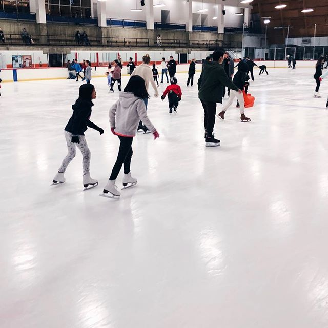 The perfect Saturday night date spot ⛸✨ #playsplish . . . . . #iceskatingfun #iceskate #anaheimice #icehockey #saturdaynightfun #saturdaze