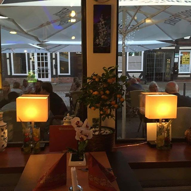 Viele unserer Gäste sitzen gerne draußen und genießen die Frische, aber auch innen ist es sehr angenehm 🎋🎍🎎♨🏮🕯 . . . . . Wok & Roll Schuhstraße 22, 29221 Celle Tel.: (05141) 9744889 www.wokandrollcelle.com (link in bio) . . . . . . #wokandroll #wokandrollcelle #vietnameserestaurant #restaurant #celle #hannover #dinner #takeherout  #lovely