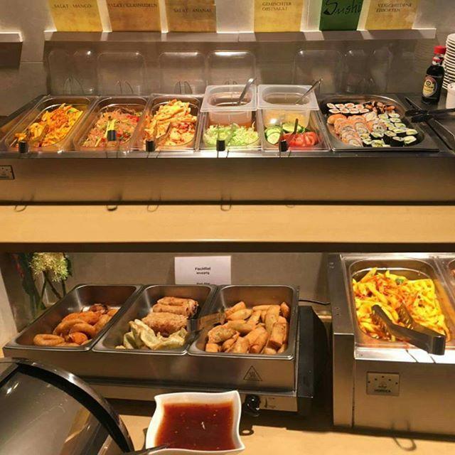 Unsere Salatbar und Beilagenbar. . Oben: leckerer Mango-, Glasnudel-, Gemischter und Ananas-Salat, frischer  Sushi . Unten: verführerische gebackene Wan Tan, Minirollen, Frühlingsrollen, Garnelen, Tintenfischringe und Krebsscherle . . Guten Appetit! . . . . Karte: wokandrollcelle.com/menu/ (link in bio) Wok & Roll Schuhstraße 22, 29221 Celle Tel.: (05141) 9744889 . . . . . . #delicious #food #healthy #wokandroll #wokandrollcelle #foodporn #foodgasm #vietnameserestaurant #restaurant #eatingout #food4life #fitness #celle #hannover #letseat
