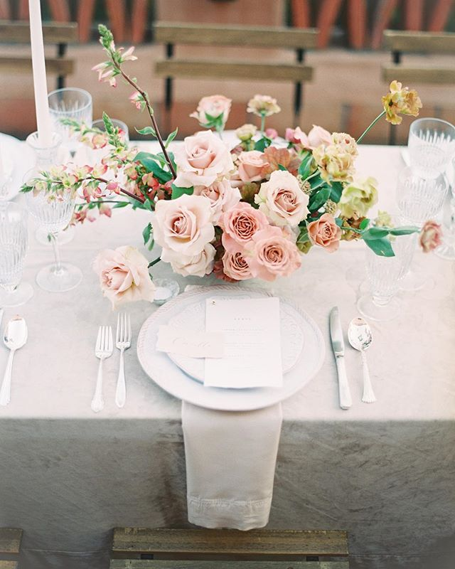 Soft and romantic textures and tones from one of my favorite tablescape designs in 2018 ❤️ With @plentyofpetals @theonicollection @latavolalinen @adorefolklore @shastabellcalligraphy and @allentsaiphoto