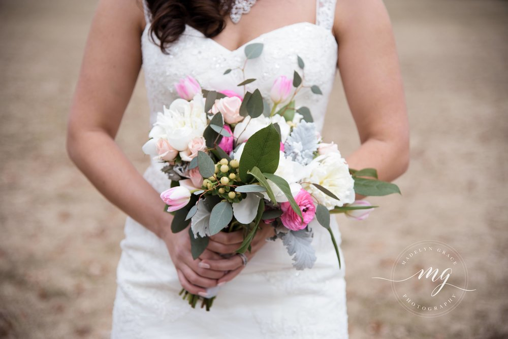 Michigan_wedding_photographer_bride_bouquet.jpg