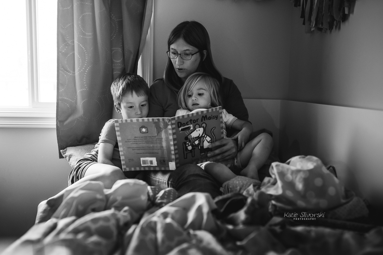 Edmonton lifestyle photographer reading books to kids