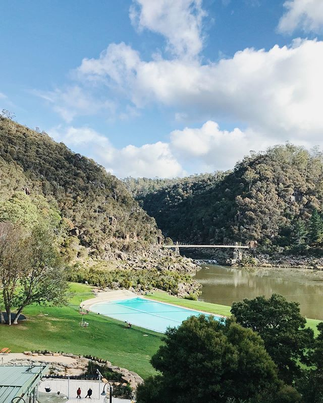 {cataract gorge, launceston} On our final day of our #tassie trip we stopped in at #cataractgorge for lunch & a swing on the chair lift to marvel at the magnificent nature here ⛰ #launceston #hikingtrail