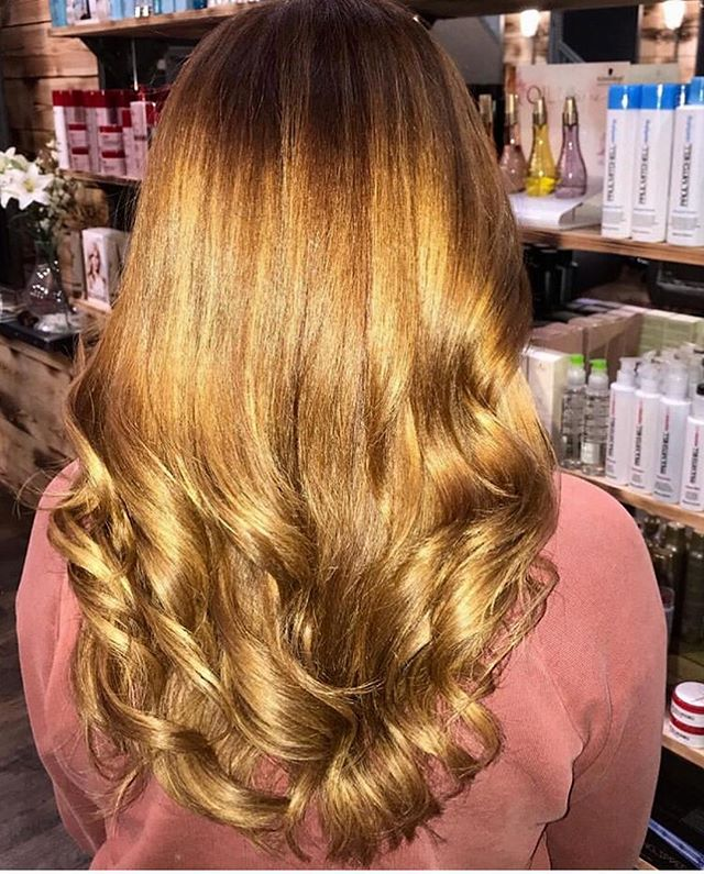 A super glam transformation by Becky, introducing a golden copper balayage to her guests' locks. 👉🏻 for the before. . . . #reillydenholm #rdlancashire #beckyrdlancashire #schwarzkopfprouk #leigh #wigan #manchester #lancashire #manchesterblogger #balayage #copperhair