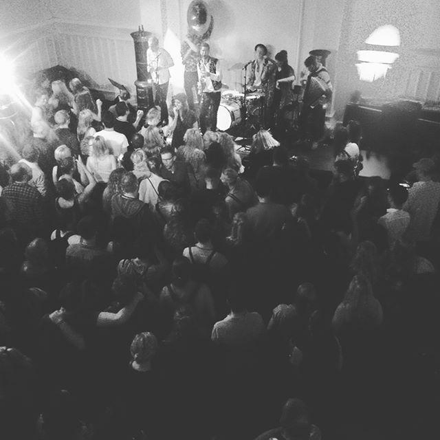 Fantastisk stemning i LiteraturHaus i går aftes! Tak til @balkanbasterds for  en saft suse flot koncert og til Great Danes Big Band og @mimiterris. #literaturhauskbh #jazzfest2017 #cphjazz #møllegade