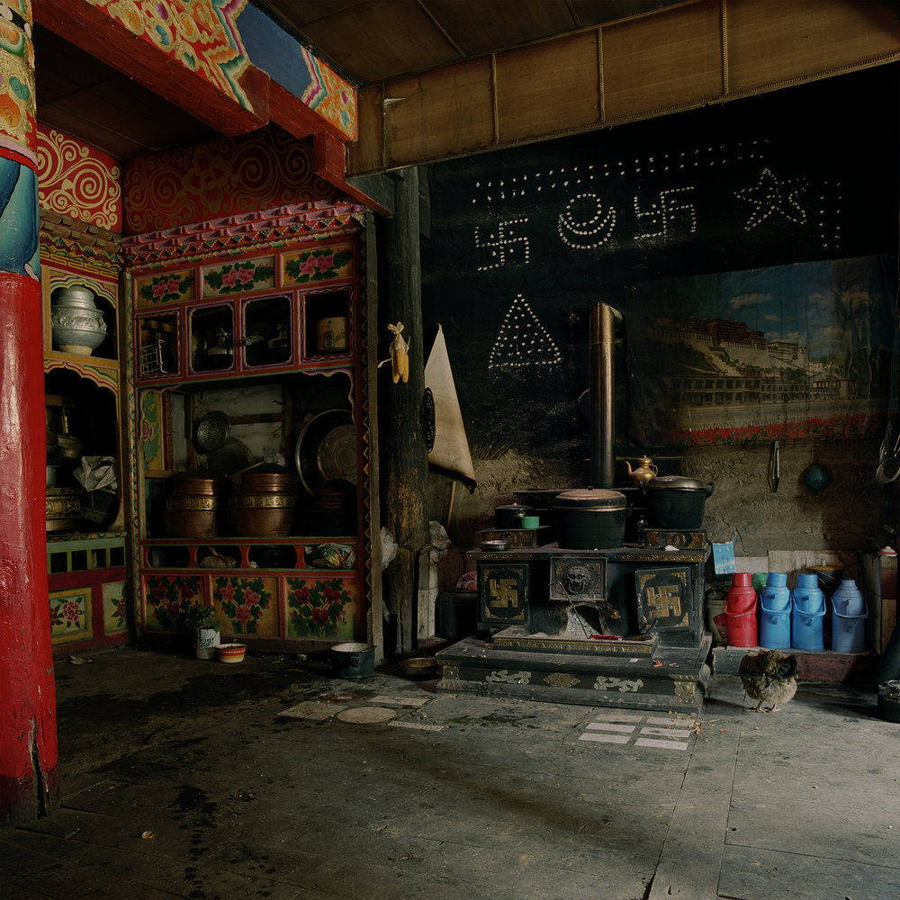 Sichuan, Batang - Chicken on the floor
