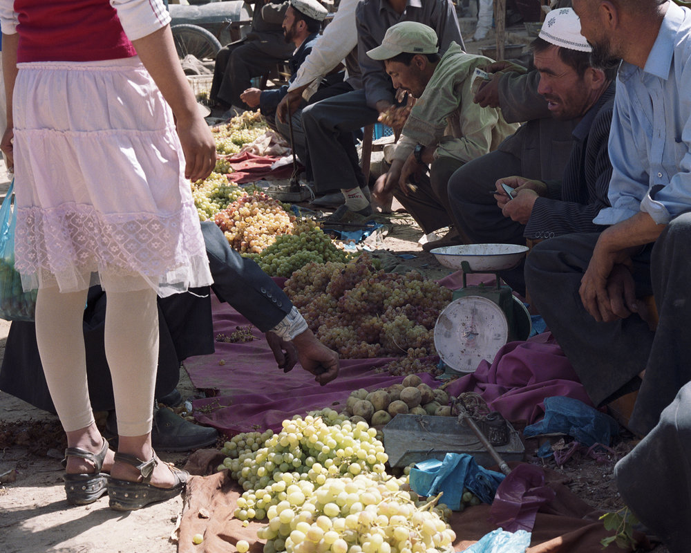 2007 Xinjiang - Kokyar grape market.