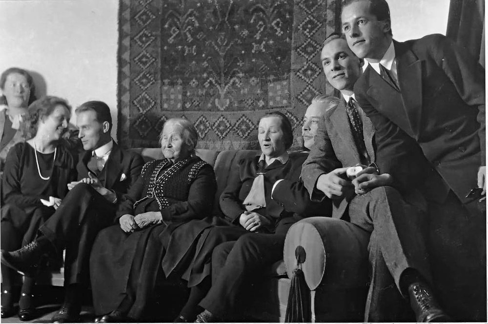 Oikealta: Kalevi Jäntti, Lauri Jäntti, Jalmari Jäntti, Hildur Jäntti, Maria Jäntti, Yrjö Jäntti, Elsa Puuska-Jäntti ja Eija Särkilahti, noin vuonna 1930