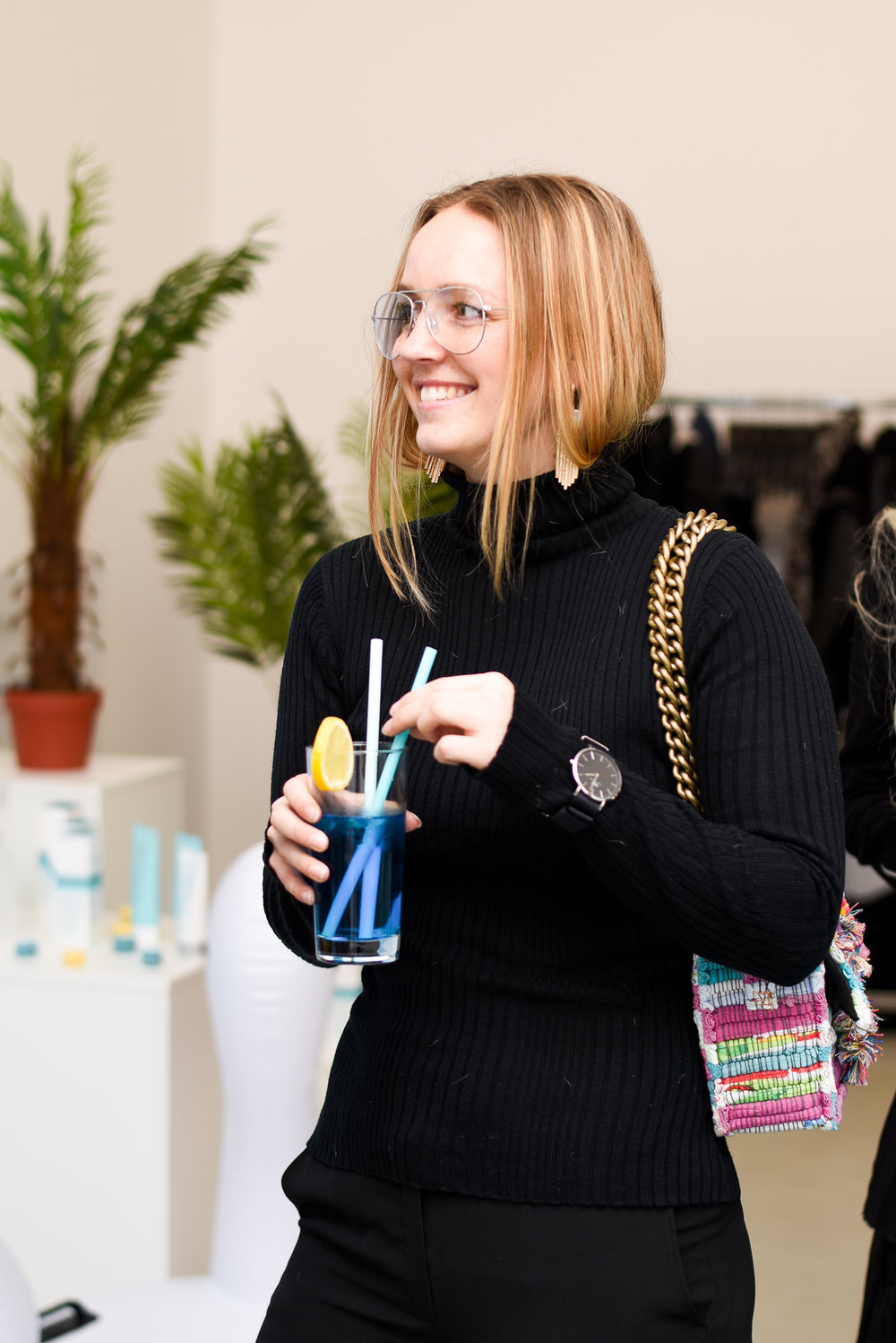 Frederikke Egel, scandinavian blogger drinking summer drink at an event.