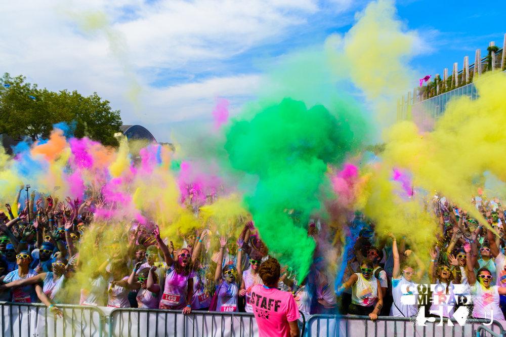Des tonnes de couleurs ! - Tous les km, nous t'aspergeons de poudre colorée !Sur le festival, des lancers de couleurs ont lieu toutes les 30 minutes.