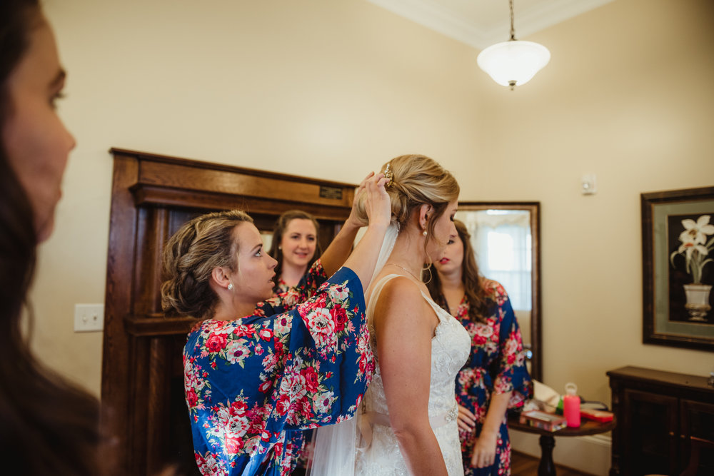 bridesmaids-helping-the-bride-put-her-veil-on.jpg