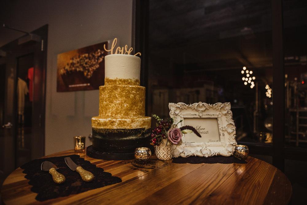 black-and-white-and-gold-wedding-cake.jpg