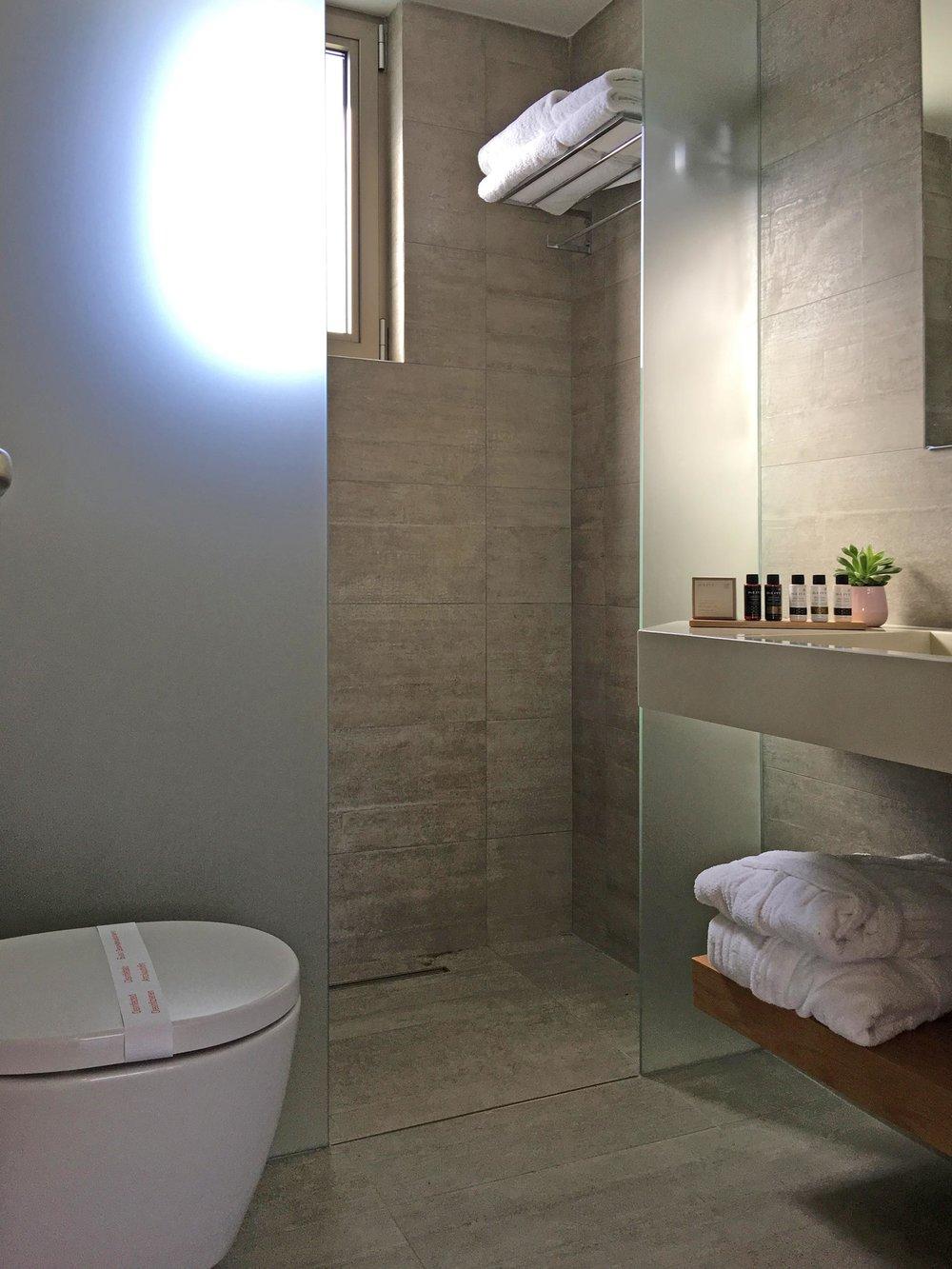 R111-bathroom.jpg