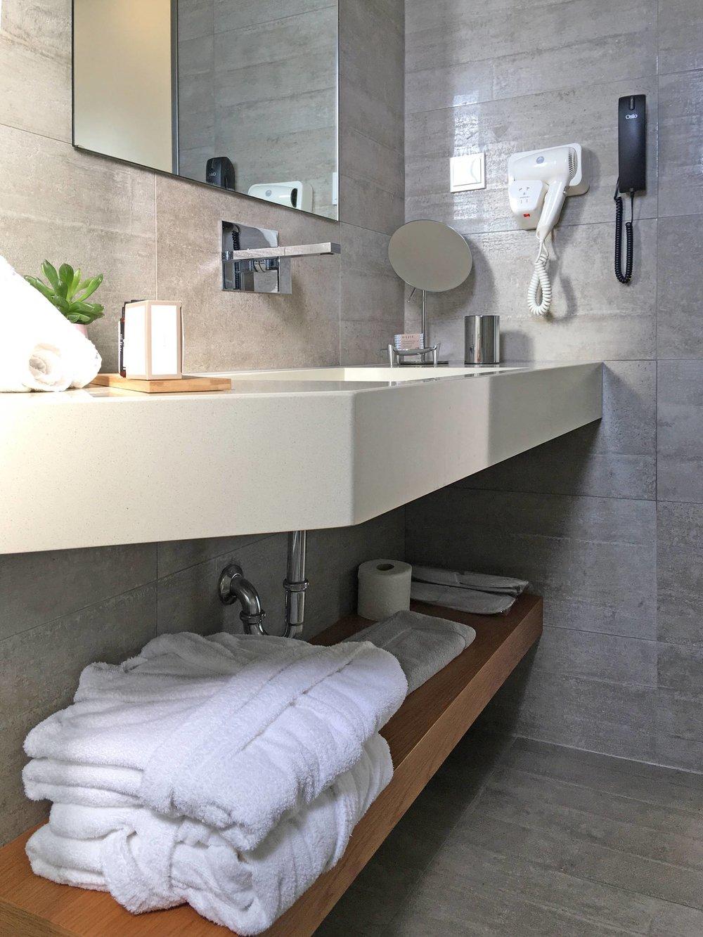 R111-bathroom2.jpg
