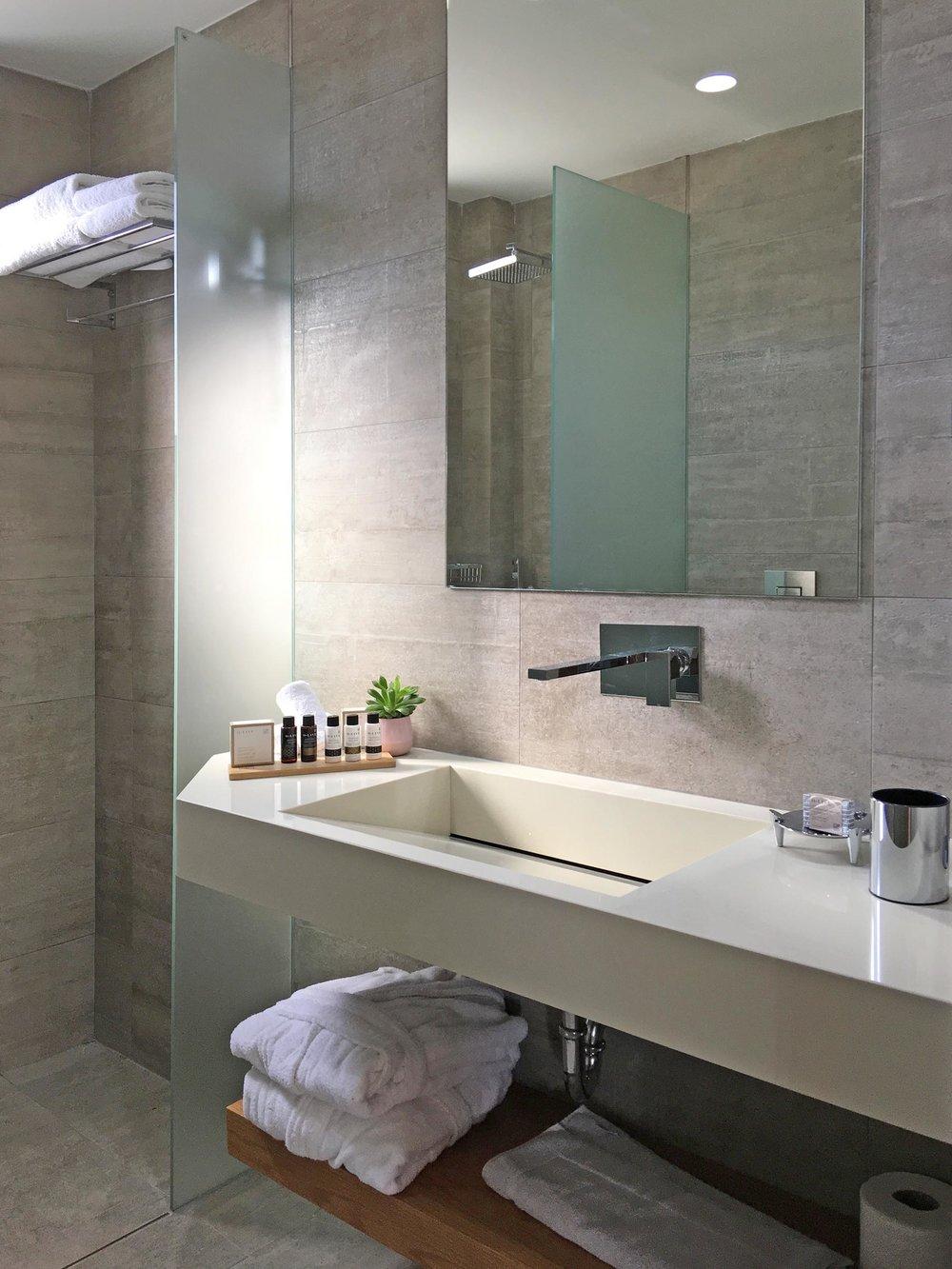 R111-bathroom3.jpg