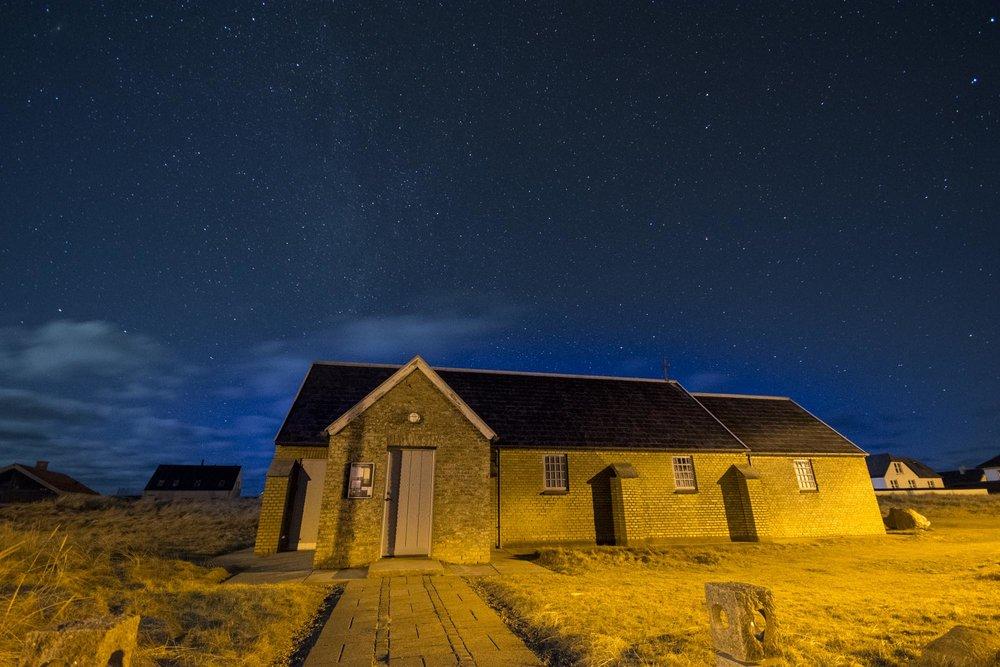Nattehimmel over Lildstrand Kirke. (Foto: Carsten Krog Pedersen)
