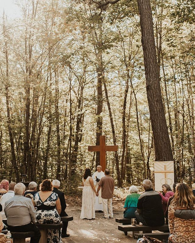 More of my couples are opting for intimate ceremonies this year, and I'm totally excited about it!! No long aisles, less nerves, more intimacy and more possibilities for an awesome ceremony location! 🌿