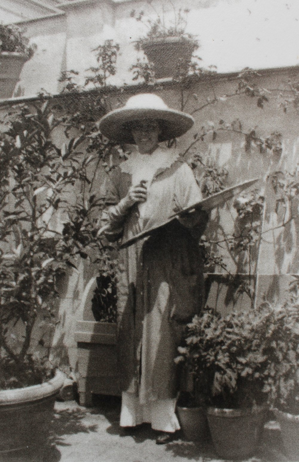Mabel Norman cerio Painting in the garden