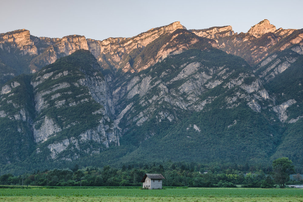 2018-08-05_Web_4828_Farmhouse with alpenglow on the mountains.jpg