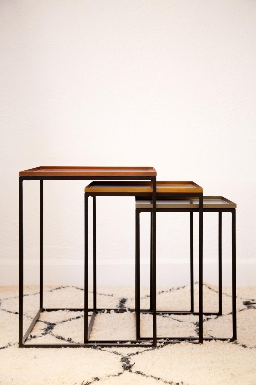 Tables gigognes, plateaux en métal laqué