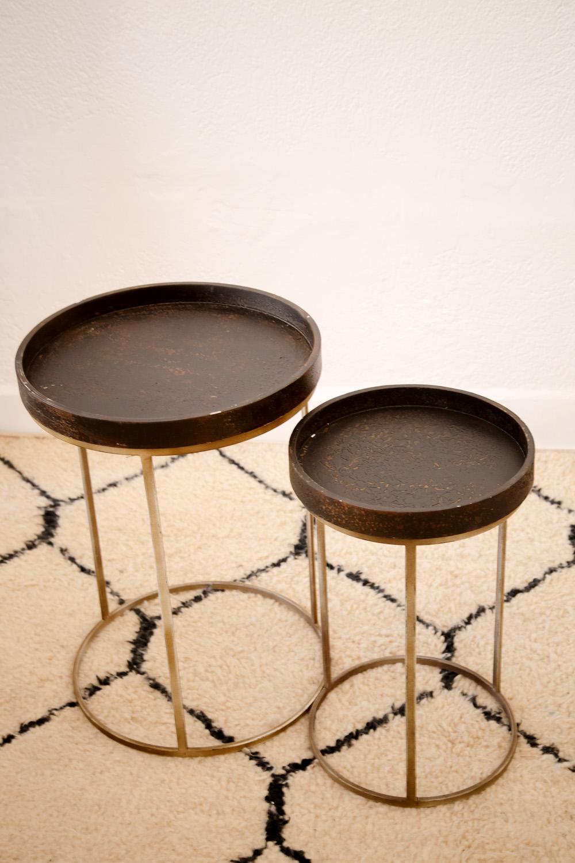 Tables gigognes, plateaux en bois vieilli et piétement en métal laqué