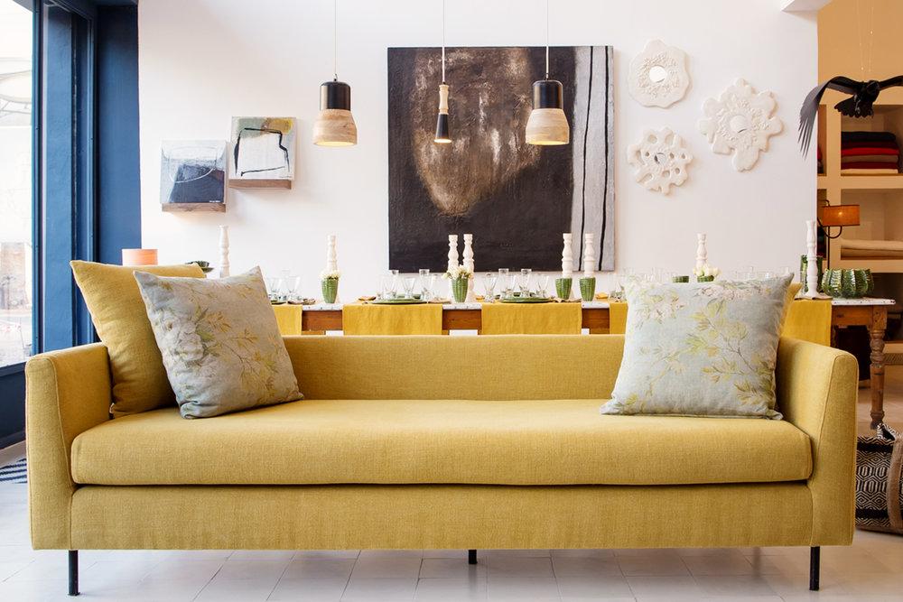 Canapé fixe avec piétement en acier martelé