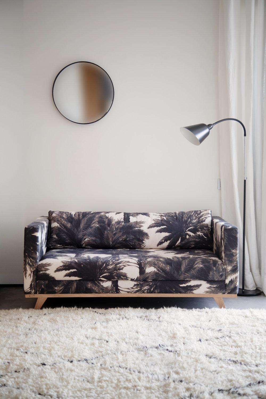 Banquette de chambre, piétement en chêne, tissu Pierre Frey