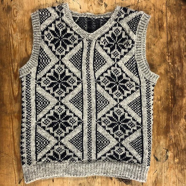 My son (3 yrs) wanted a vest like his Papa, naturally I couldn't resist. I was inspired by beautiful two colour Norwegian knits, and I modified the Petrie pattern from @susancrawfordvintage Vintage Shetland Project for a smaller fit. Yarn is the beautiful @tukuwool