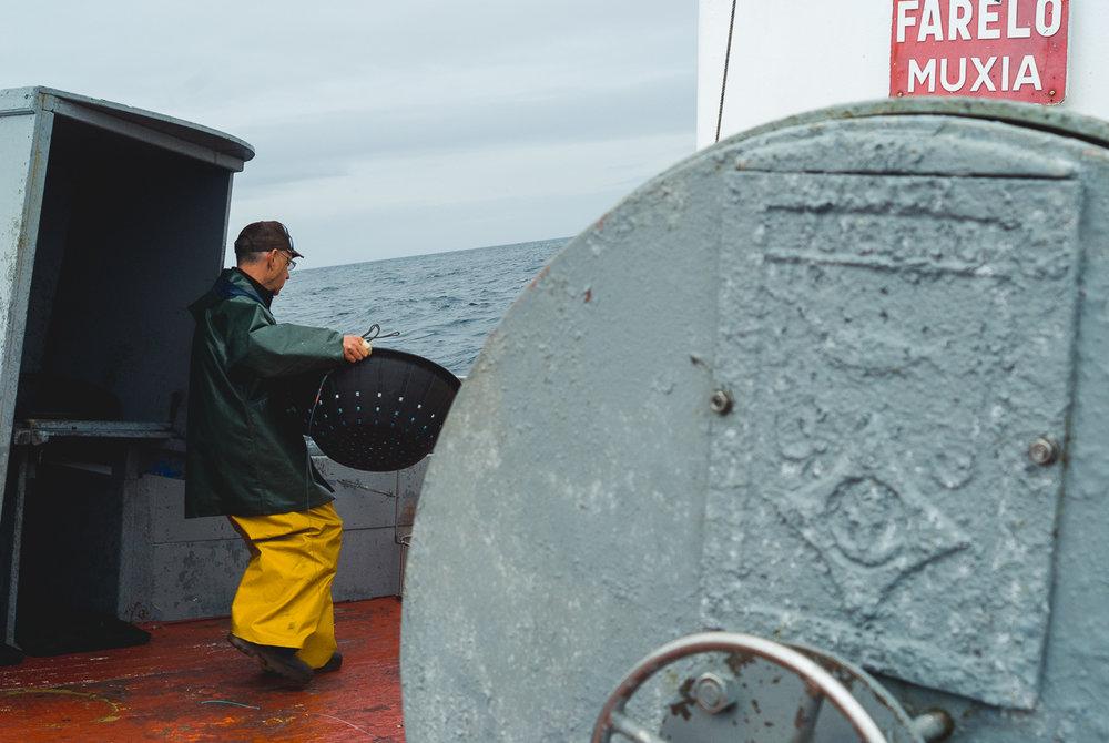 farelo-comercial-deck-hand-fishing.jpg