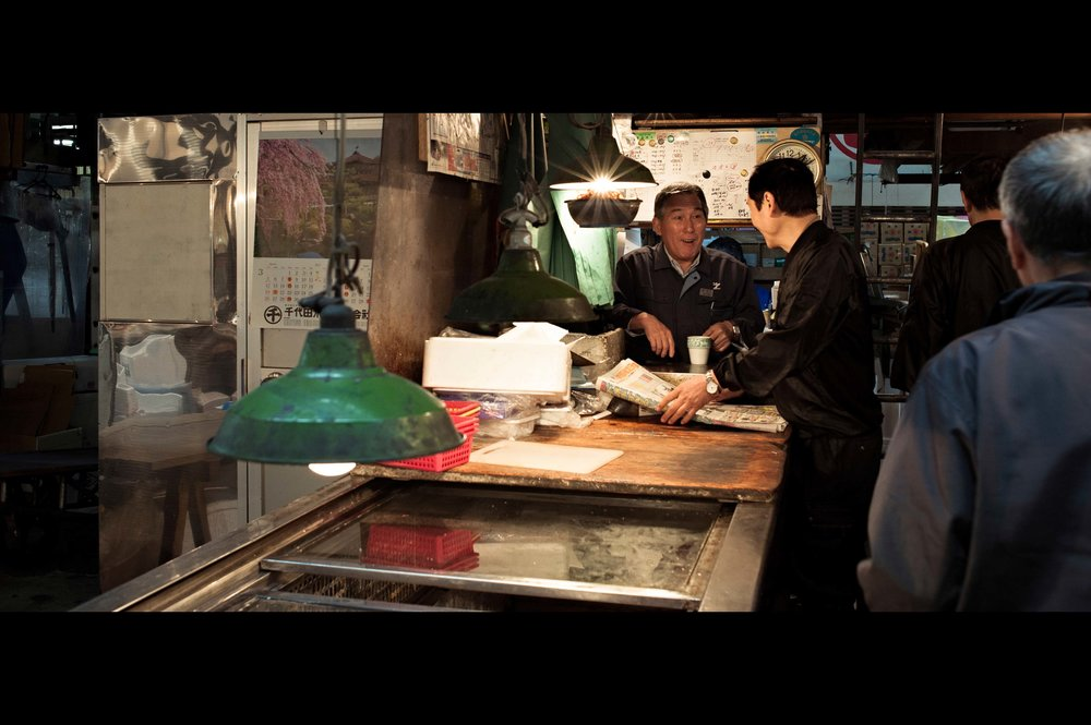 tsukiji-fish-market-vendors-talk.jpg