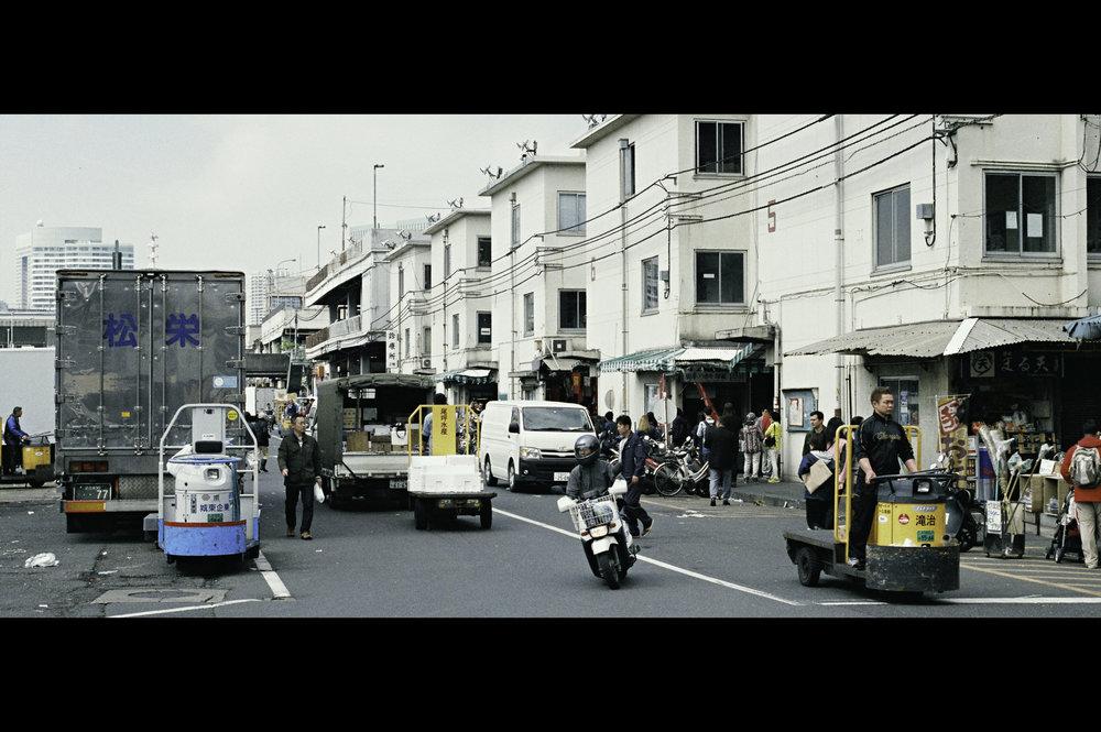 busy-street-fish-market-tsukiji.jpg