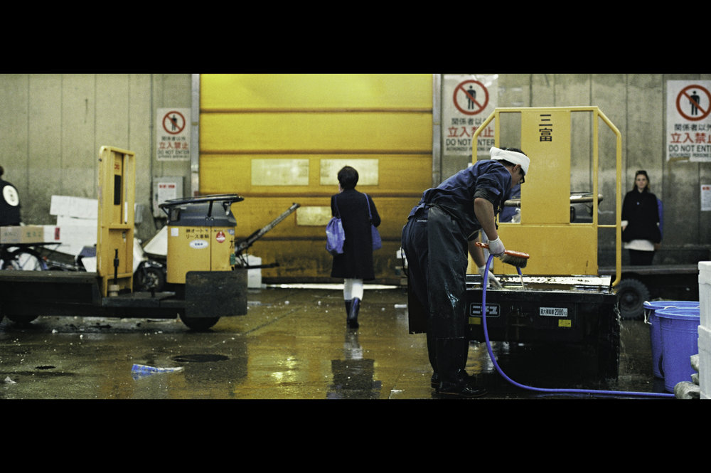 inside-tsukiji-vendor-cleaning-fish-trolley