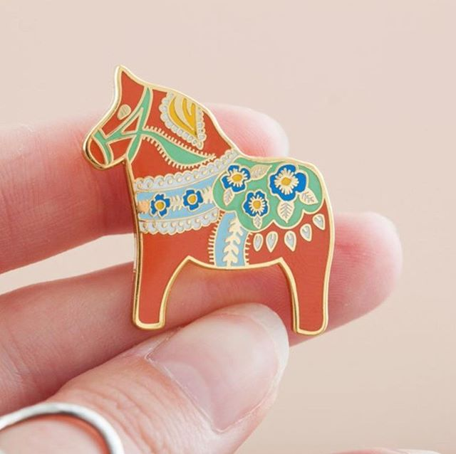 This little Dala Horse pin is fast becoming one of my favourites 👌🏻 he's Festive without being obviously Christmassy, which is perfect for a grinch like me 😂