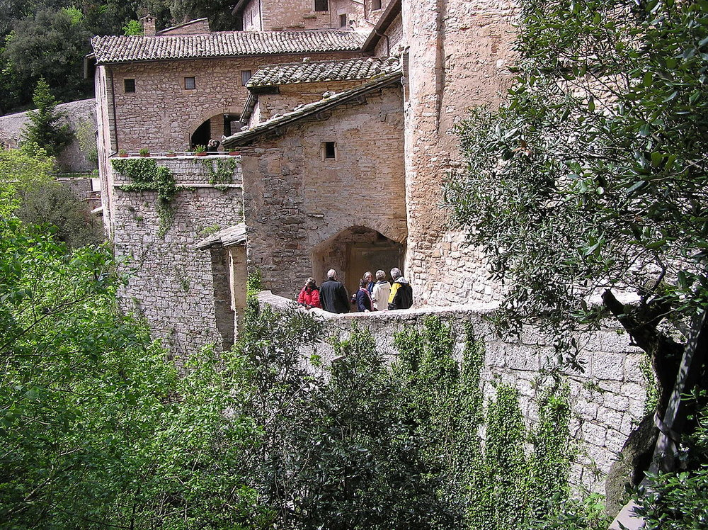 1200px-Eremo-delle-Carceri-Assisi.jpg