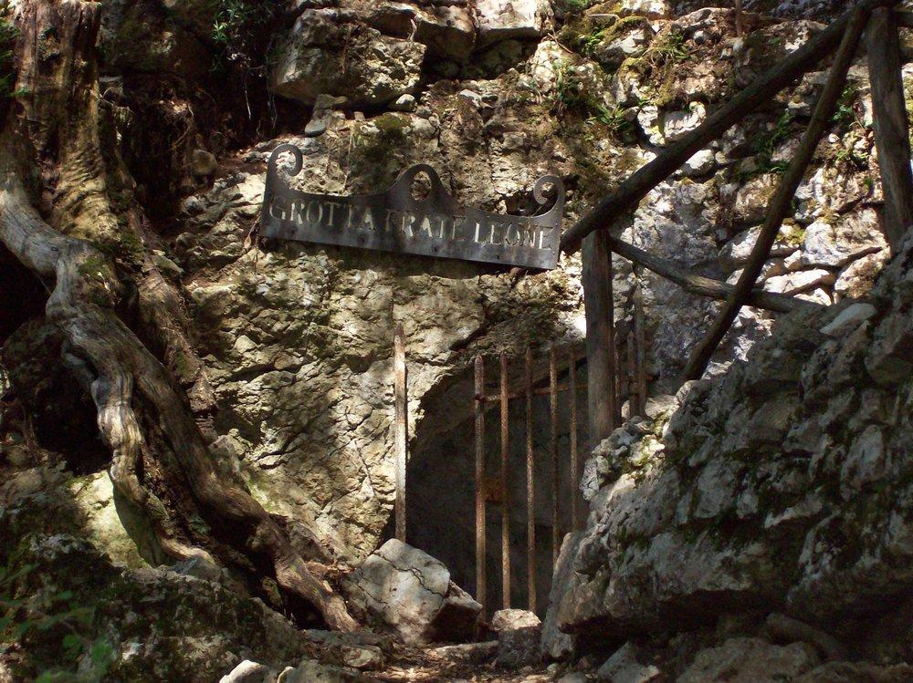 Eremo_delle_carceri_grotta_di_Leone.jpg