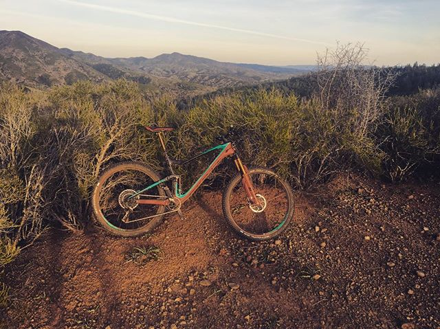 Putting in the work💪🚵‍♀️ #noshortcuts #hillintervals  @scottsports @bikeonscott @srammtb @jakroousa @stansnotubes @dumondetech @genuineinnovations @esigrips @allmountainstyle