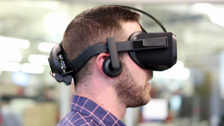 source: https://www.roadtovr.com/hands-on-oculus-wireless-santa-cruz-prototype-makes-standalone-room-scale-tracking-a-reality/