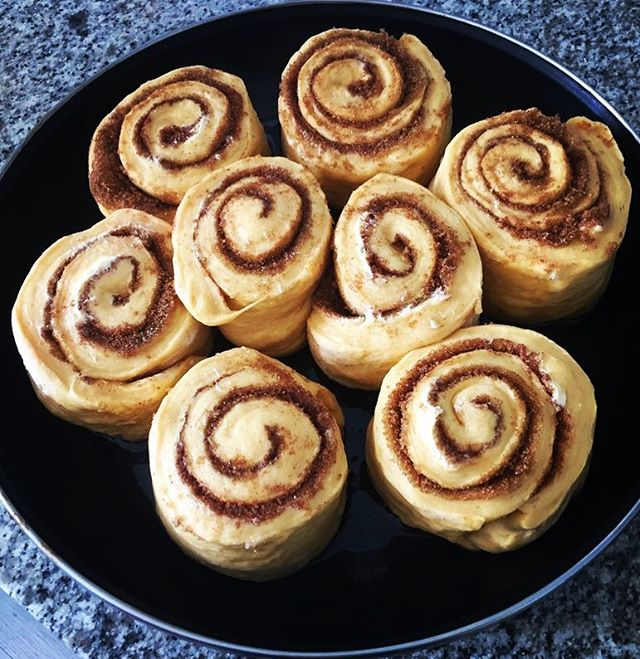 I love baking, especially with my family. These are my sisters famous Cinnamon Buns! 🤤 Link in bio for the recipe! ⬆️ . . . . . .  #foodie #nom #food #eatingfortheinsta #chefmode #instagood #food #foodpic #foodstagam #recipe #familyrecipe #cinnamonrolls #cinnamonbuns #baking #brunch #breakfast #yum #chef #foodblogger #foodblog #blog #recipe #linkinbio