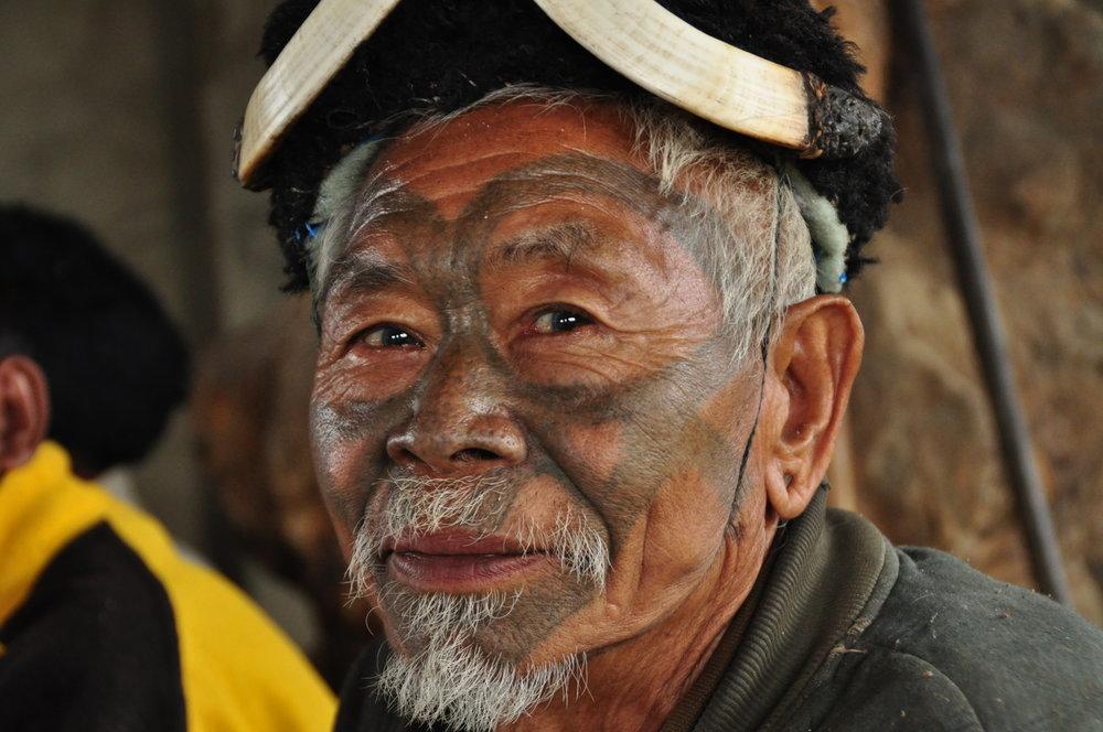 Traditionell tätowierter Kopfjäger der Konyak aus dem Dorf Hong Phoi-Nagaland Indien.JPG