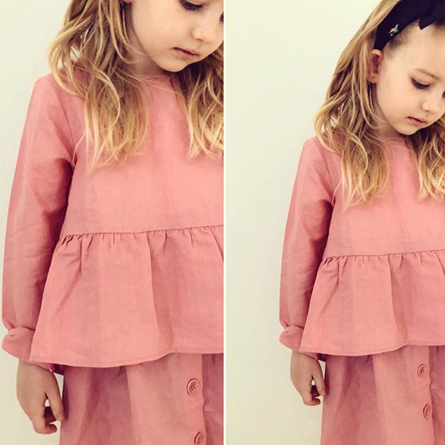 P R E T T Y  I N  P I N K 🌸  this beautiful pink set is on sale - only 300 kr for both pieces. 📷 @maja_hoegh ❤️ #littlemightymint #thepeblumshirt #theskirt #kidswear #linenclothing