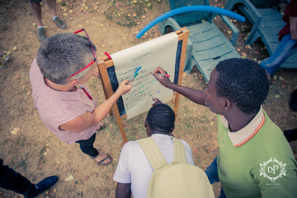 - Refugees and teachers work together in a project for Crisis Classroom.
