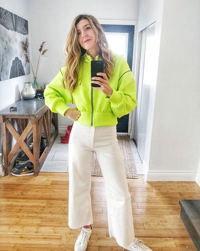 Loooove me some neon for Spring 🌿🍃 Have you tried it yet? I just bought my first two neon pieces and absolutely love how they elevate an outfit. First up this hoodie. Extra cropped, in a cool neoprene mesh fabric with exposed seams. 💚