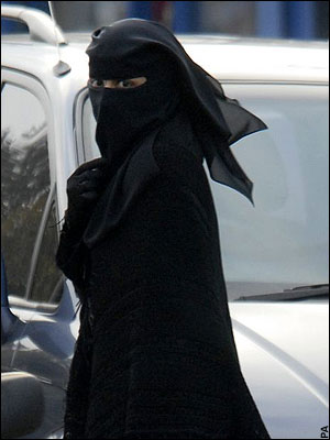 niqabi-woman-in-the-street.jpg