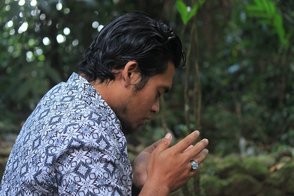 An Indonesian Muslim man prays. Photo used with Creative Commons license.