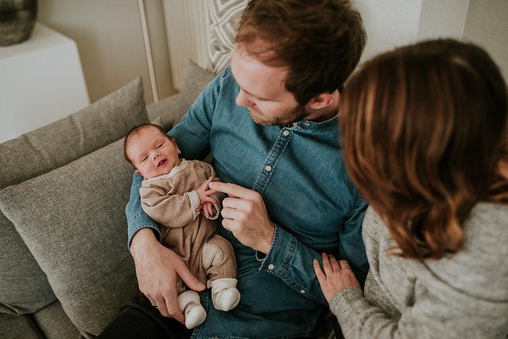 Familie mit Baby im Wohnzimmer