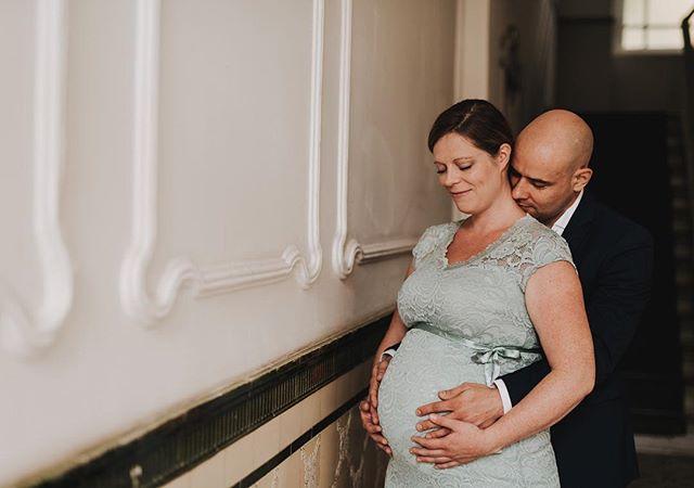 Nicht nur ich bin gerade im Babymodus :) wie wunderschön Kati strahlt und wie spannend diese letzte Zeit kurz vor der Geburt eines Kindes ist. Wie die kleine Maus wohl sein wird? Wem sieht sie ähnlich? Alles ist so aufregend! Soviel muss vorbereitet werden. Kati und Sirko haben nochmal innegehalten für diese wunderbaren Erinnerungen. Ich freu mich jetzt schon die kleine bald live kennenzulernen! #baby #babyinside #itsagirl #momtobe #mom2018 #babybauchshooting #couplegoals #itsbettertogether #ithyoubymyside #liebeimbauch #babygirl #babybelly