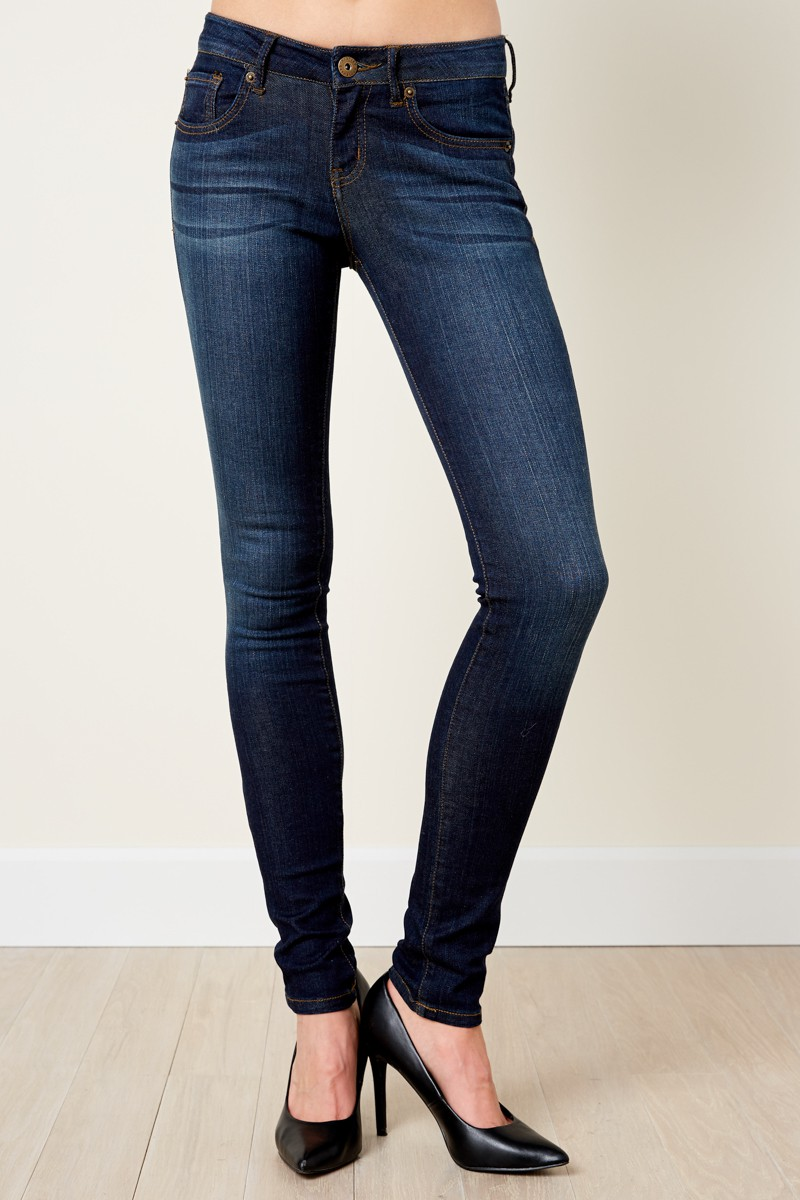 Girl wearing dark blue skinny jeans