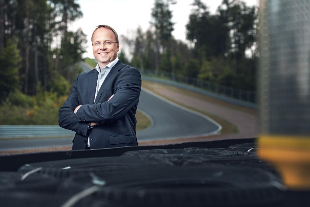 """""""Die Arbeit mit Herrn Underwood und seinem Team war für uns am BILSTER BERG ein echter Wendepunkt. Auf dieser Basis entstand unsere neue Marke und Positionierung, die sich auf das Wesentliche konzentriert: die Leistung für unsere automobilen Kunden."""" - Hans-Jürgen von Glasenapp. Geschäftsführer. BILSTER BERG"""